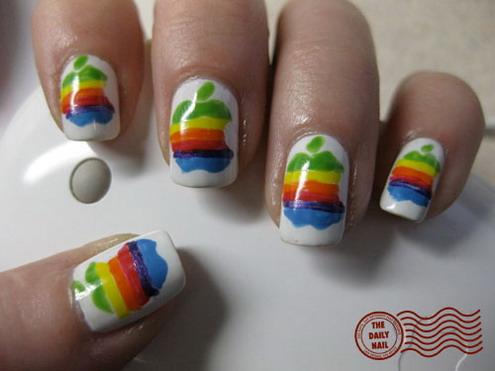 Uñas pintadas con el logo de Apple