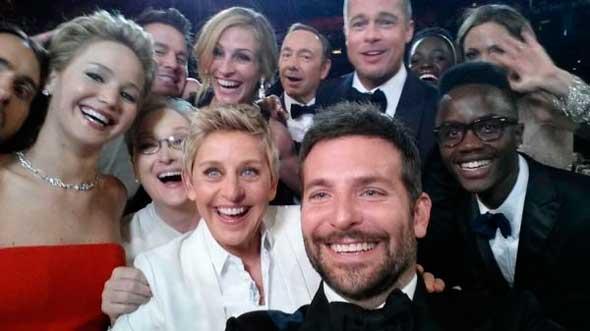 Foto selfie de Ellen DeGeneres reproducida en LEGO