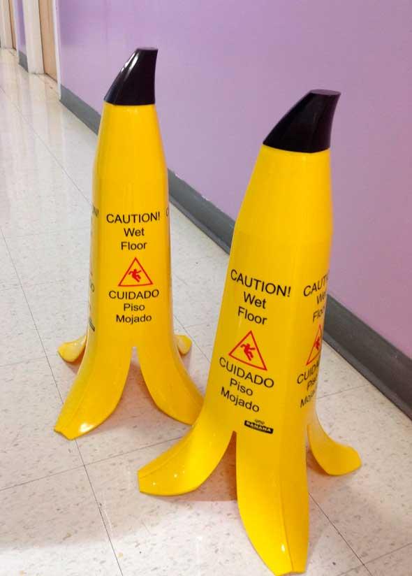Conos informativos de suelo mojado con forma de plátano