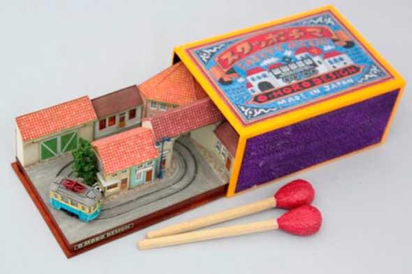 Diorama de tren en caja de cerillas