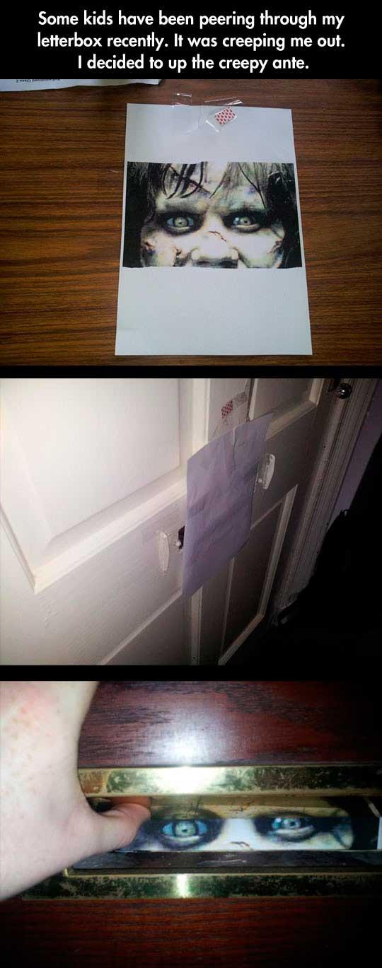 Cómo asustar a los niños que miran a través del buzón de correos
