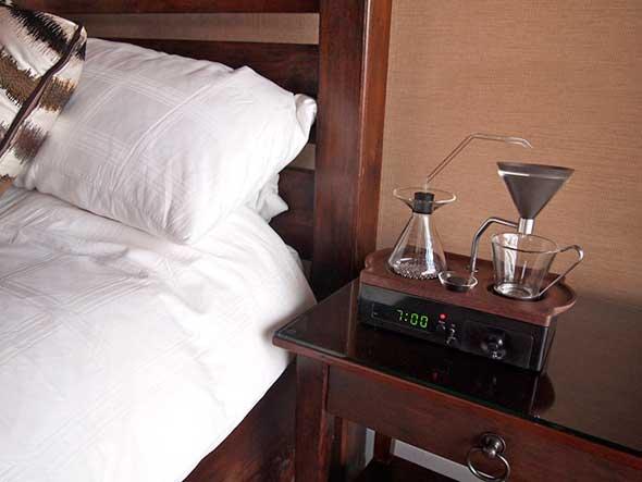 Reloj despertador que hace café