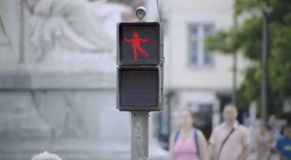 Luz de semáforo que baila mientras está en rojo