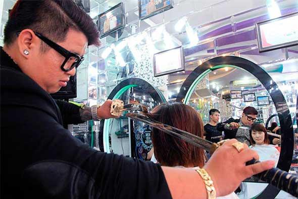 Peluquero que corta el pelo con una katana