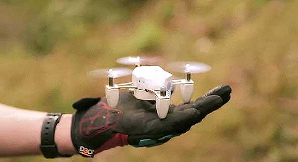 Zano, un drone del tamaño de la palma de una mano con auto-seguimiento