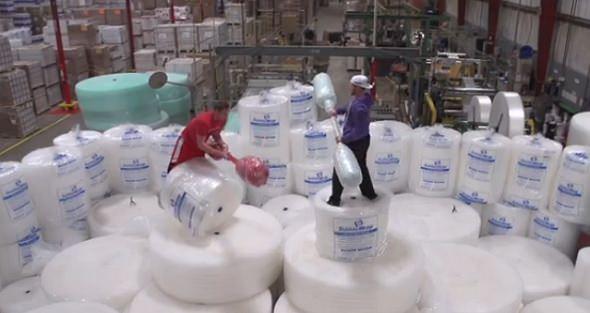 Batalla en una fábrica de plástico de burbujas