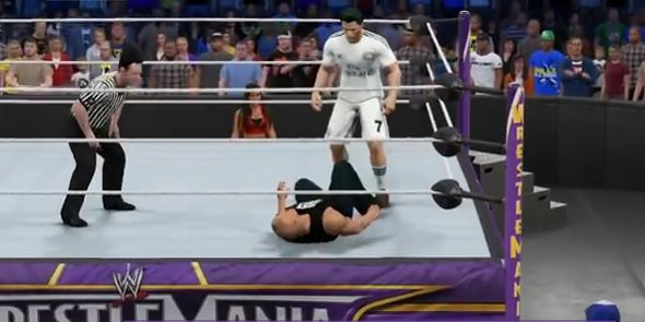 Cristiano Ronaldo vs The Rock combate en el ring de WWE