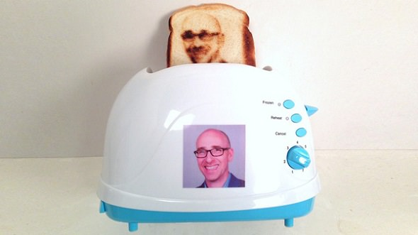 Tostadora que imprime un selfie en una rebanada de pan